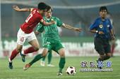 图文:[中超]北京1-1广州 郑智对抗朴成