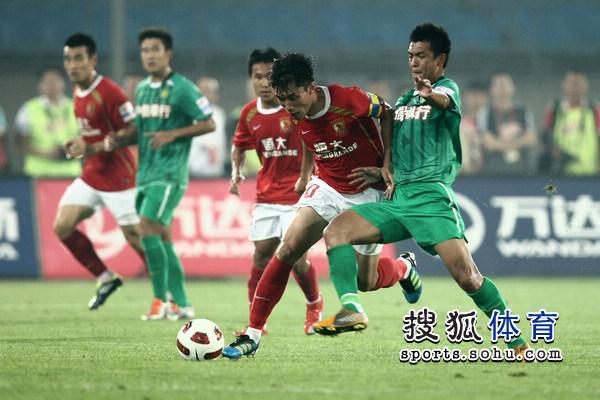 图文:[中超]北京1-1广州 郑智对抗徐亮
