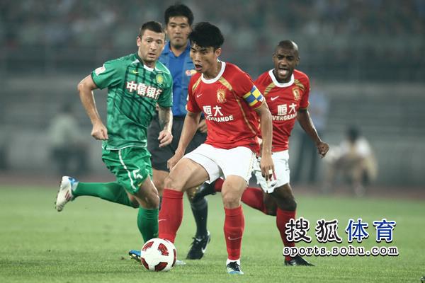 图文:[中超]北京1-1广州 郑智拿球