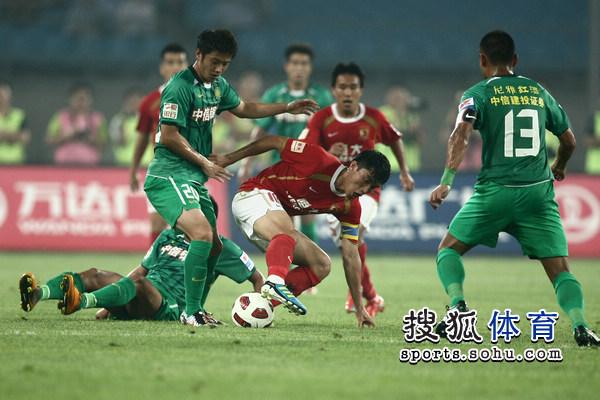 图文:[中超]北京1-1广州 郑智全力争抢