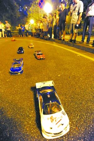 但广州一些时尚有车族还是在想方设法实现自己飙车和飘移的愿望.