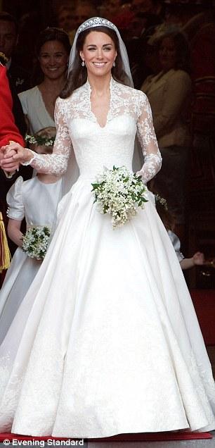 英国王妃凯特在今年大婚上所穿婚纱,设计尽显典雅奢华,广受外界好评。
