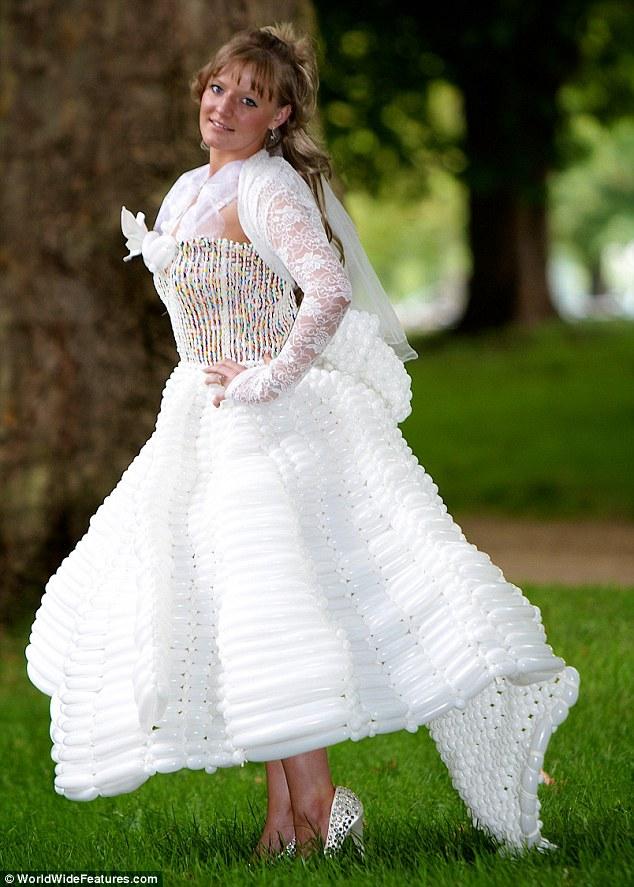 婚纱的上半身是由数百气球捻制而成的