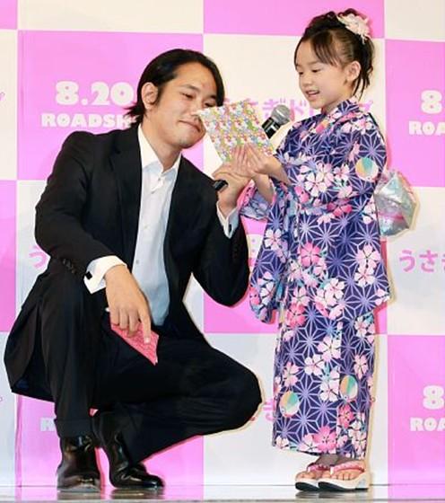 《白兔糖》试映会上的松山研一、芦田爱菜