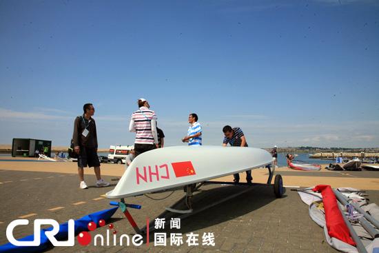 中国帆船帆板队领队周长城 右二 和北京奥运会女子雷迪尔...