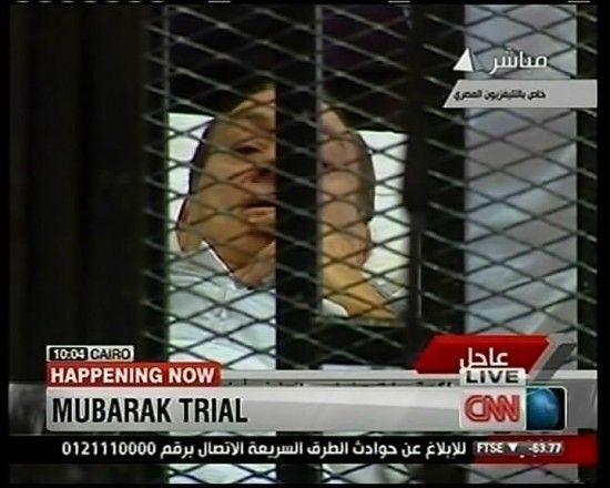 这张美国CNN电视台8月3日电视截图显示的是埃及前总统穆巴拉克在开罗一法庭接受审判。新华社发