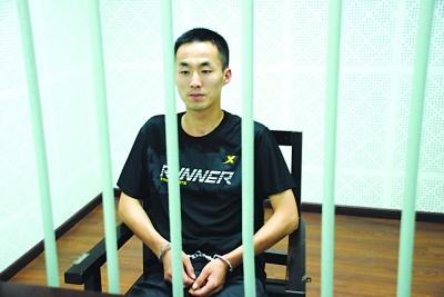 犯罪嫌疑人钟某接受审问。