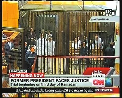 3.这张8月3日的电视截图显示的是穆巴拉克及其两个儿子在开罗一法庭接受审判。