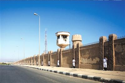 4.8月3日,警察在埃及首都开罗警察学院外警戒。新华社发