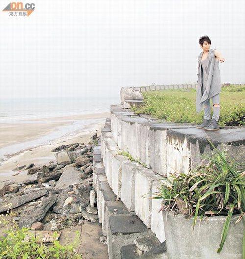 孙耀威站在悬崖边拍摄,愈走愈出,几乎失足堕崖.图片