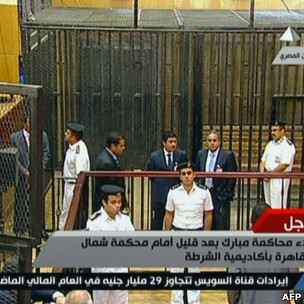 埃及电视展示了审判穆巴拉克的法庭及被告出庭使用的铁笼子。