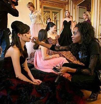在2006年巴黎举行全球名媛成人礼舞会上,陈晓丹作为当晚跳开场舞的名媛,主办方还特地将顶级的Cartier珠宝配给了她。陈晓丹开场的架势博得了所有媒体的关注。