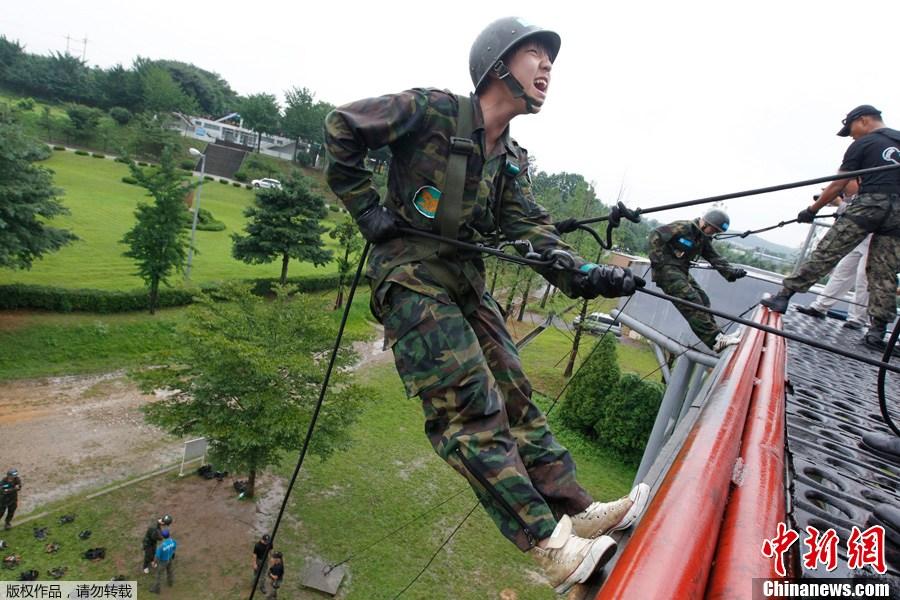军事训练营_韩国学生参加夏日军事训练营(组图)