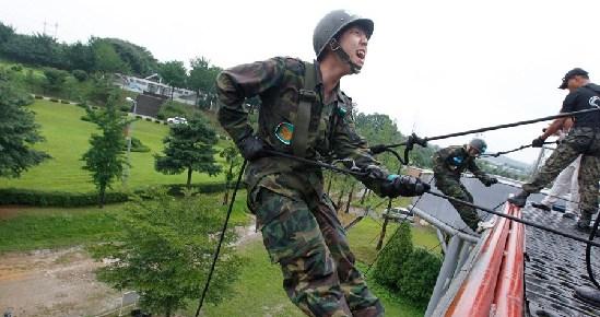 军事训练营_韩国学生参加夏日军事训练营 提升身心素质(组图)