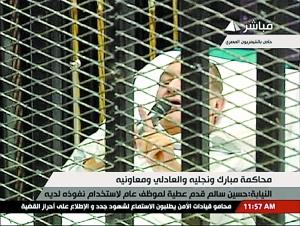 """埃及历史上首次公开审理前领导人。8月3日,83岁的埃及前总统穆巴拉克躺在""""笼子""""里接受审判。"""