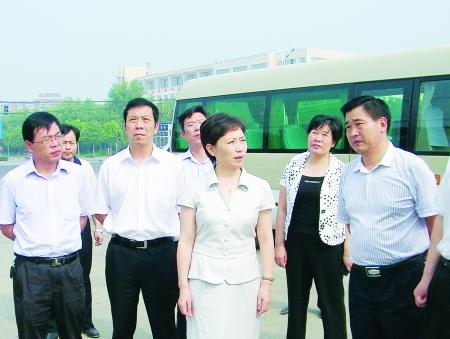 ... 市委常委、项城市委书记王宇燕(前中)在调研工作