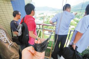 """1办案民警演示犯罪分子用巨型弹弓射""""飞线""""到香港境内。"""