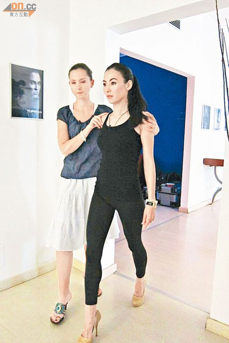 栢芝接受导师的catwalk训练。