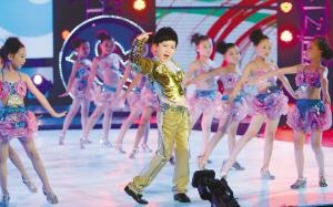 深圳著名小童星柳博带领300多位小演员载歌载