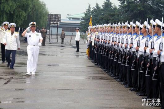 中国海军舰艇编队访问朝鲜 向金日成铜像献花