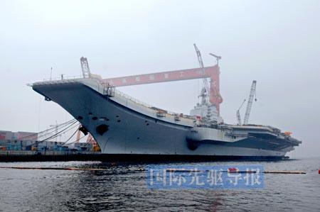 目前停靠在大连港口内的中国首艘航母训练舰。新华社