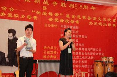 华运会宣传活动组委会主席李秀伟在成功竞拍下钧瓷作品后与大家分享
