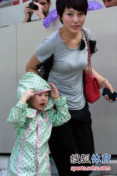 李玮峰老婆_泰达队长李玮锋的妻子和女儿也到来了现场观看比赛,女儿妞妞更穿上了
