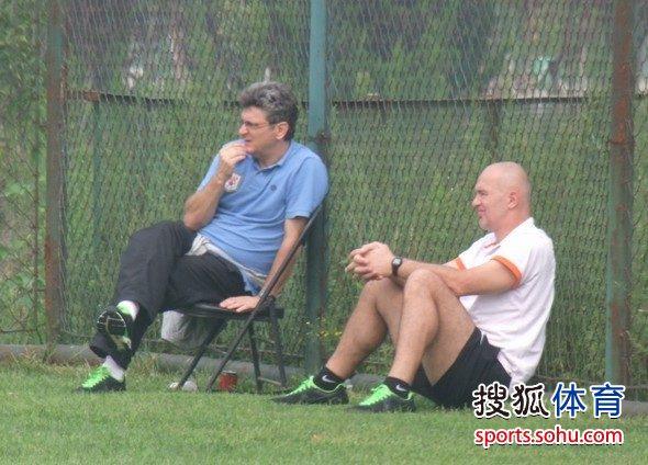 图文:[预备队]陕西1-1山东 马季奇坐在场边