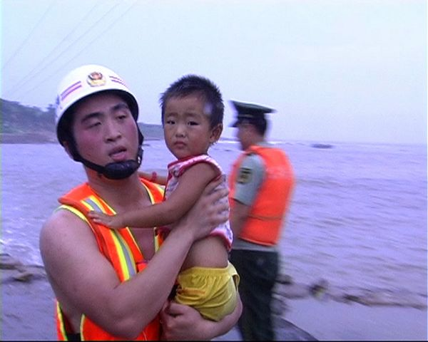 消防救援官兵到达现场,看到共有约40名余名游客在崂山区小麦岛游览时