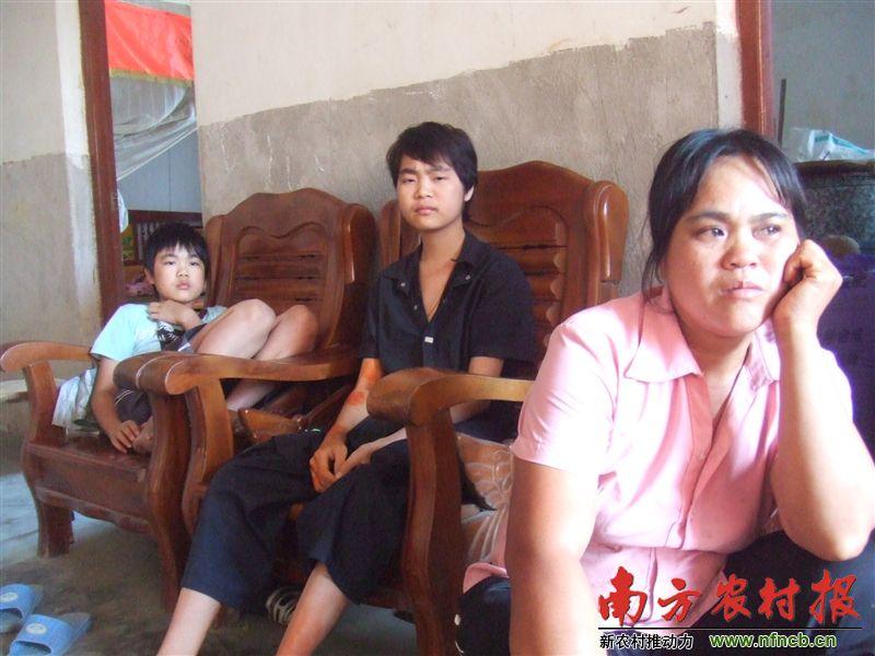 农村家庭三个孩子均患尿毒症 母亲携儿跨省求医 高清图片