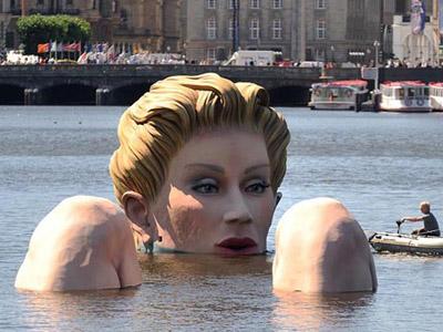巨型洗浴美女跌坐汉堡市中心湖中图