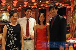 肖伦(左一)一家合影。儿子杨永珩(左二)现就读于宾夕法尼亚大学沃顿商学院。江澄/供图
