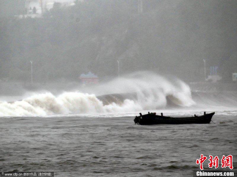 """8月8日,大连,海滨掀起巨浪。受台风""""梅花""""影响,大连从2011年8月7日夜晚至8月8日一直大雨滂沱。李雪劲 摄 CFP视觉中国"""