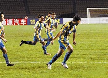 松江队赢得保级关键战,刘涛(右一)进球后庆祝。北 方摄