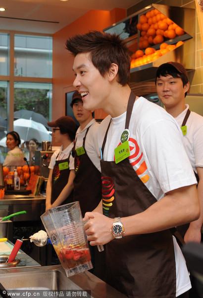 图文:韩泳坛名将朴泰桓变奶茶王子 真诚服务