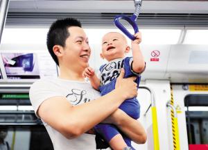 因大运开通的轨道二期已成为深圳市民出行的首选。 深圳晚报记者 汪阳 摄