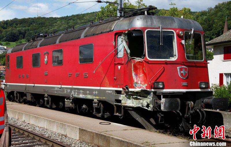 8月8日中午,一列火车和一辆牵引机车在瑞士阿尔高州德廷根车站发生侧