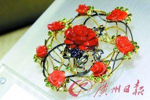 红色珠宝显得雍容华贵。