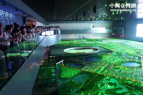 (中国台湾网 芮益芳) <IMG> 位于二层的大庆市规划展示沙盘模型占