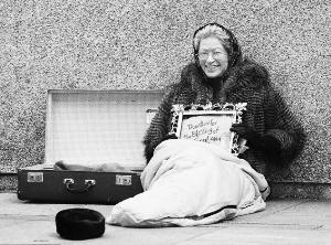 英街头惊现 女王乞丐图片