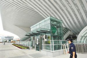 深圳北站通往地铁的换乘电梯入口.深圳特区报记者张啸威 摄图片