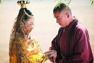 新《西游记》中,唐僧与女儿国国王牵手.