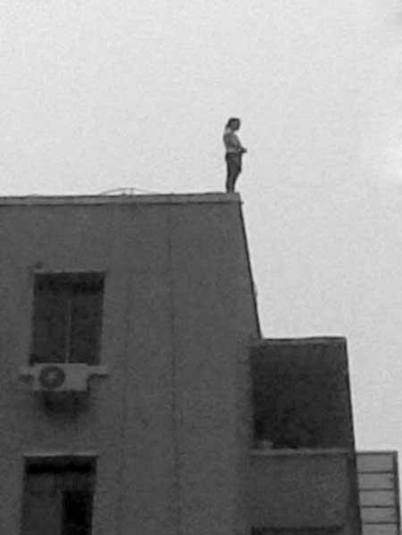 女孩站在楼顶
