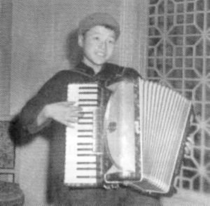 """""""8岁就谱出了自己的第一首歌曲,这多少也印证了他的天赋."""