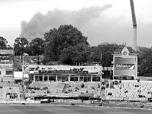 在伯明翰的一个赛场,可以看到骚乱引发的黑烟。