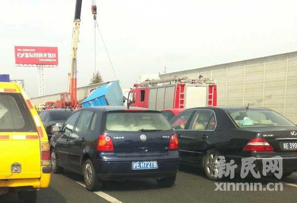 京沪高速沪宁段一货车撞毁隔音墙侧翻 两人被困