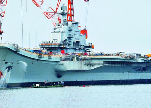 2011年,在大连港口的航母平台。