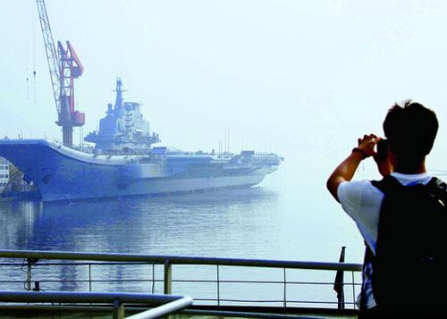 7月28日,许多中国民众聚集在大连港口,观看改建中的航母平台。摄影 本刊记者 杜洋
