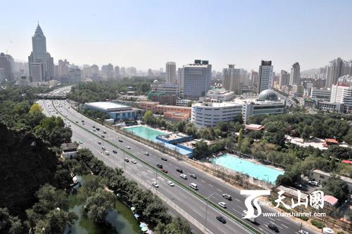 新疆乌鲁木齐-快速发展的乌鲁木齐市-全国网络媒体新疆行记者红山俯瞰城市变化