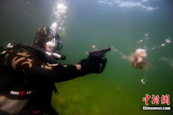 侦??H9/)??!?9?)??,_8月9日,俄罗斯贝加尔湖,俄罗斯水下反武装破坏侦查训练.